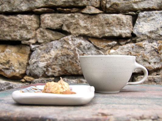 Keramik Servicetasse  beige mit Unterteller eckig ca. 9.5 cm x 9.5 cm