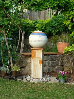 Brunnensockel ca. 70 cm hoch mit Kugel ø ca. 45 cm Dekor Santorin bemalt und Abtropfplatte in Dekor natur.