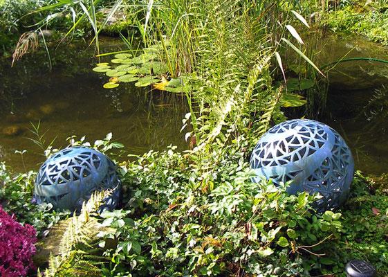 Keramik, Lichtobjekt Kugel ø ca. 35 cm und ca. 45 cm Perlmuttblau