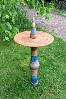 Keramik, Proseccotisch, Platte bemalt mit blauen Keramikteilen kombiniert.  Direkt in die Erde gesteckt. Frostfest