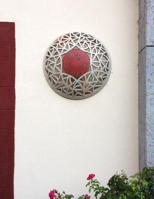 Keramik, Wandlampe ca. 55 cm ø perlmutt und rot glasiert