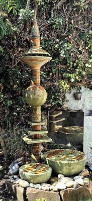 Brunnensäule Nepal mit Abtropfplatten, Quellstein ø 50 cm und 35 cm Dekor Neuseeland