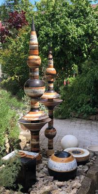 Keramik Nepalsäule ø ca. 11 cm und ø ca 8 cm, Quellstein ø ca. 35 cm, Dekor Schiefer, Kugel ø ca. 35 cm
