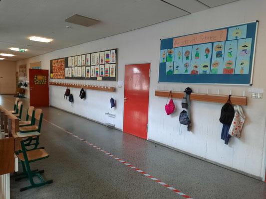 Flur mit Tür zu einem Klassenzimmer.