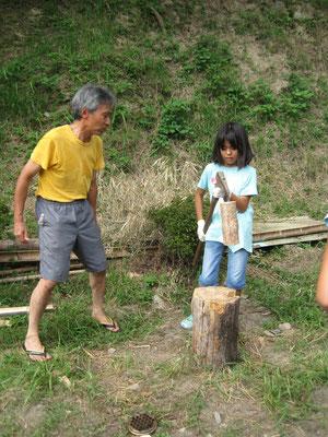 潤次郎さんに習って、薪割りに挑戦。