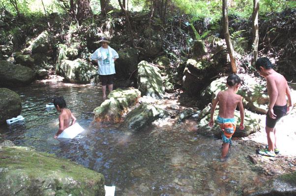 日帰り組と川遊び。水が冷たくて気持ちいい!