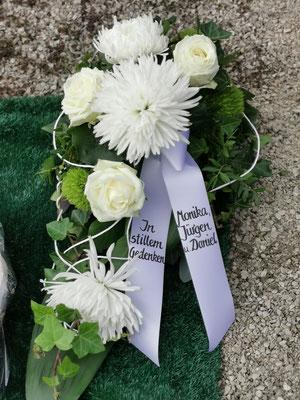 Trauergesteck in weiß-grün