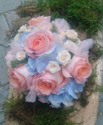 Brautstrauß in pastelligen Farben hellblau und lachsrosa