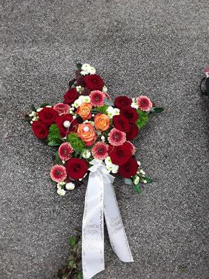 Stern gesteckt für Beerdigung in rot-orange