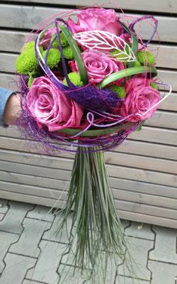 Extravaganter Brautstrauß mit lila Rosen und Gräsern