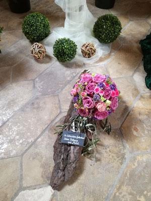 Trauergesteck mit Blütenkugel auf Rinde mit Schiefertafel