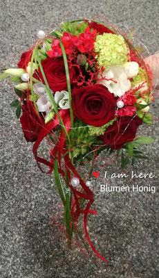 Brautstrauß  mit abfließenden Element in rot-weiß