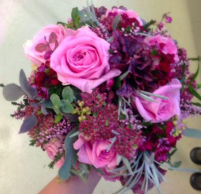 Herbstlicher Brautstrauß mit leuchtenden lila Rosen