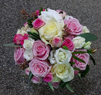 Brautstrauß mit rosa und weißen Rosen und Polyantharosen