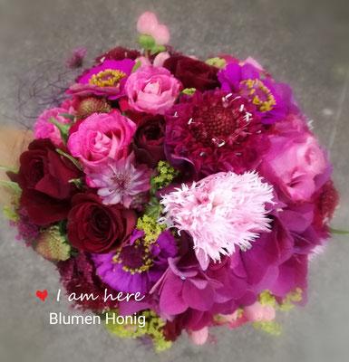 Sommerlicher Brautstrauß in kräftigen pink-rose Tönen