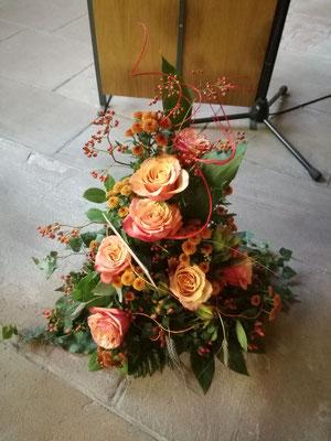 Trauergesteck orange Rosen