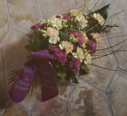 Legstrauß mit Schleife in lila mit weiß