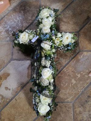 Kreuz gesteckt blaue und weiße Blüten