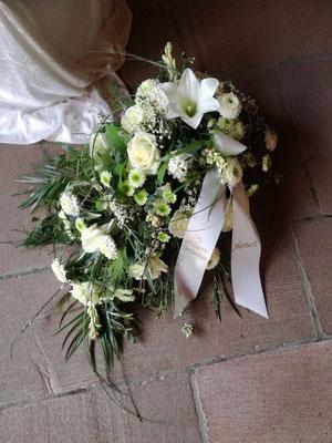Trauergesteck mit weißen und grünen Blüten