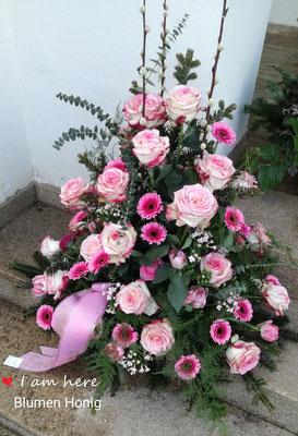 Üppiges Gesteck in rosa-pink