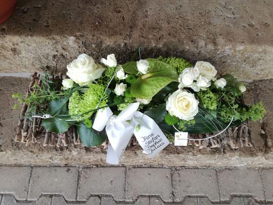 Rechteckiges Gesteck mit weißen und grünen Blumen