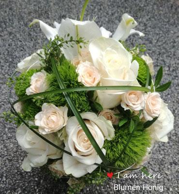 Traumhafte Kombination aus Rosen und Lilien