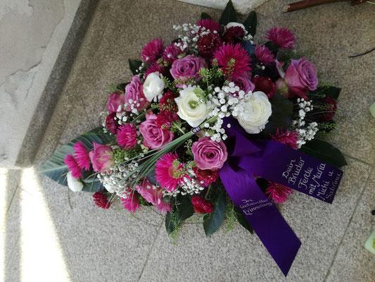 Trauerbukett mit lila Blüten