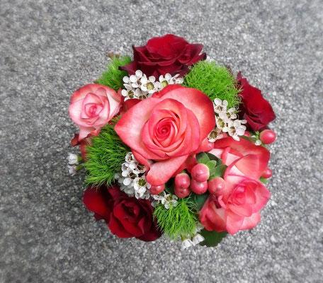 Brautstrauß in rot mit Rosen und Bartnelken