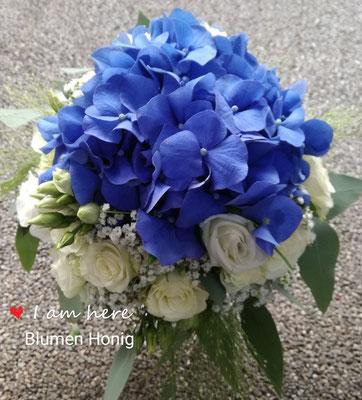 Ausgefallener Brautstrauß mit blauen Hortensien und weißen Polyantharosen