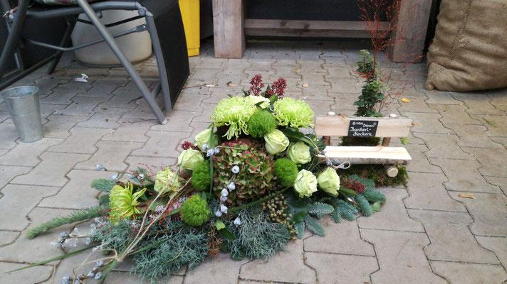 Trauergesteck mit Holzbank in Grüntönen mit Hortensien und Rosen
