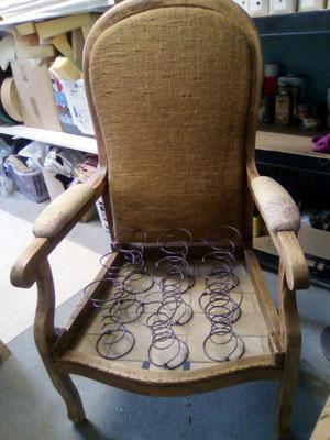 L'assise a été retirée. Elle va être refaite de manière semi-traditionnelle avec des sangles en jute et des ressorts qui seront guindés