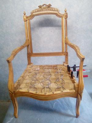 mrylinegrac- tapissier d'ameublement- Fauteuil dégarni en cours de rénovation. Sanglage de l'assise