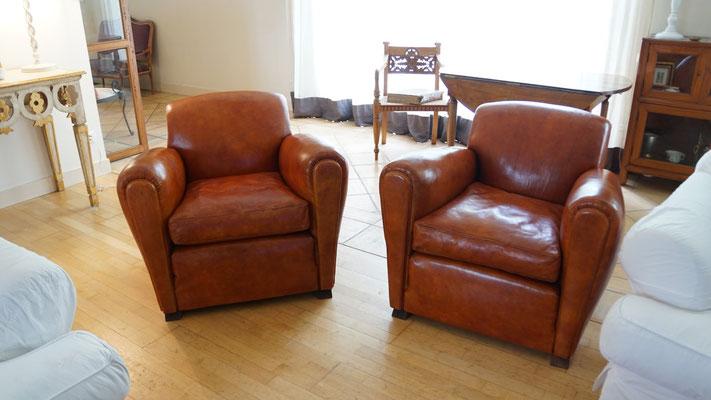Les deux fauteuils sont terminés. Les coussins sont réversibles, en fibres siliconées pour la souplesse. Les pieds ont été changés. Les plaquettes sont apposées à l'avant des accoudoirs. Pour la réalisation complète d'un fauteuil Club en cuir, il faut env