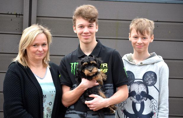 Billy mit einem Teil seiner neuen Familie