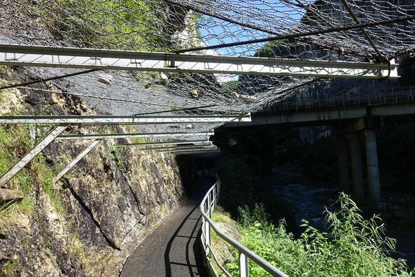 Vorsicht von oben !!! Toller Bahntrassenradweg.