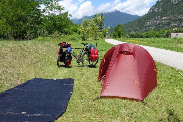 Kurzerhand das Zelt unterwegs zum trocknen aufgebaut.