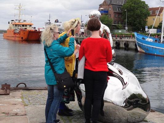 Helsingør Meerjungmann, genau untersucht von den Frauen.