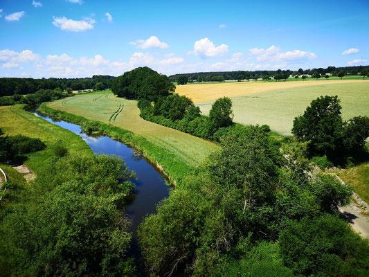 Die Ilmenau entsteht bei Uelzen und fließe hier bei Jastorf, Bad Bevensen unter dem Elbe-Seitenkanal hindurch. Bei Stöckte dann in die Elbe.