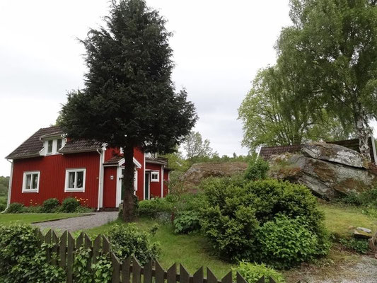 oft werden die Häuser neben riesige Steine gebaut