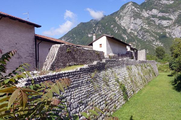 Die Stadtmauer in Venzone