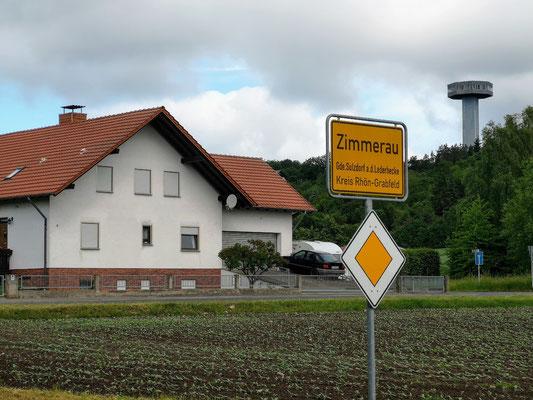Zimmerau, Bayern. Im Hintergrund ein ehem. Wachturm.