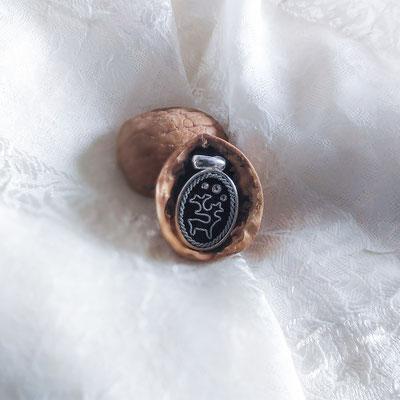 pendentif brodé d'un renne sur un cuir de saumon noir