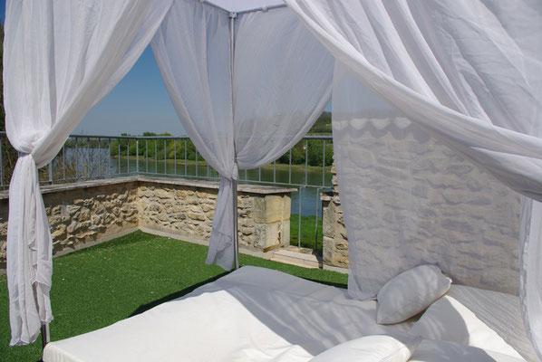 Terrasse romantique lit baldaquins.