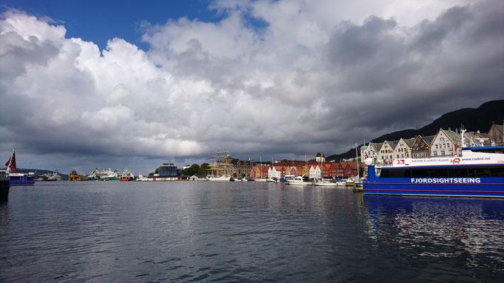 """Hafeneinfahrt von Bergen mit """"Tyske Brygge"""""""