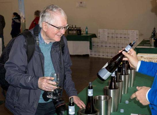 John Childs lässt sich im Schloss Johannisberg den Wein erklären