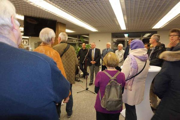 Besucher lauschen den Reden