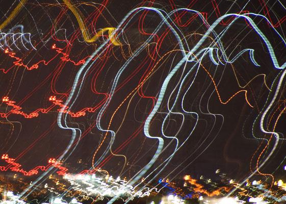 Bewegte Lichter bei Nacht