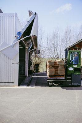 In Trockenkammern wird das Holz auf die entsprechende Restfeuchte getrocknet.