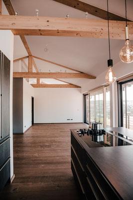 Wohnküche mit Dielenboden naturgetrocknet Fendt Holzgestaltung