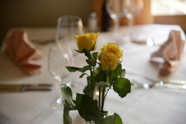 Gedeck mit gelben Rosen